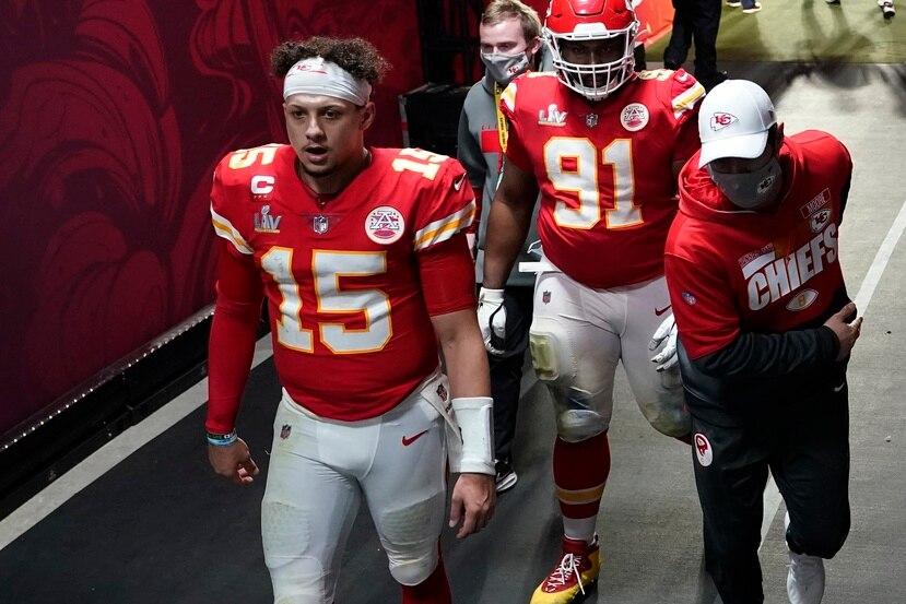 El quarterback Patrick Mahomes (15) de los Chiefs de Kansas City se dirigió al vestuario tras la derrota ante los Buccaneers de Tampa Bay.