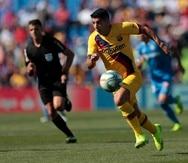 Luis Suárez corre con la pelota durante el partido. (AP)
