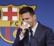 """El delantero argentino Lionel Messi, se emociona durante su comparecencia este domingo en el Camp Nou para explicar su versión sobre su marcha del conjunto azulgrana, decisión que el club atribuye a razones """"económicas y estructurales"""""""