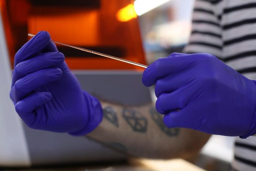 Los hisopos que produce Copan Industries, Inc., son los que llaman de punta flocada (con punta de algodón) pero lo suficientemente flexibles para entrar por la vía nasofaríngea, mediante la cual se realiza la prueba molecular de COVID-19.