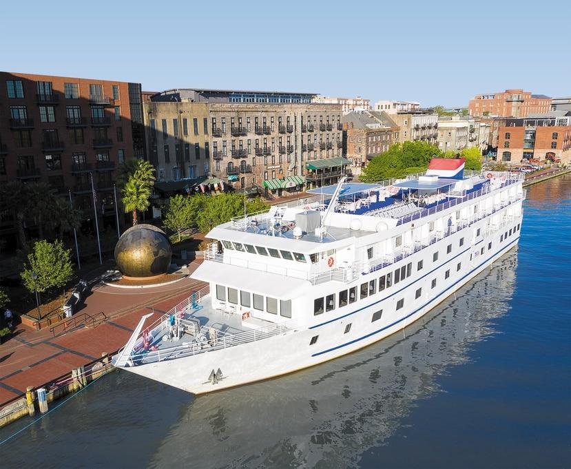Barco American Cruise Lines Independence en el muelle de Savannah, Goergia.
