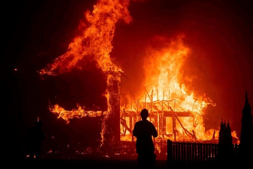 Una casa arde a causa del incendio Camp Fire que arrasó la localidad de Paradise, en California. (AP/Noah Berger)