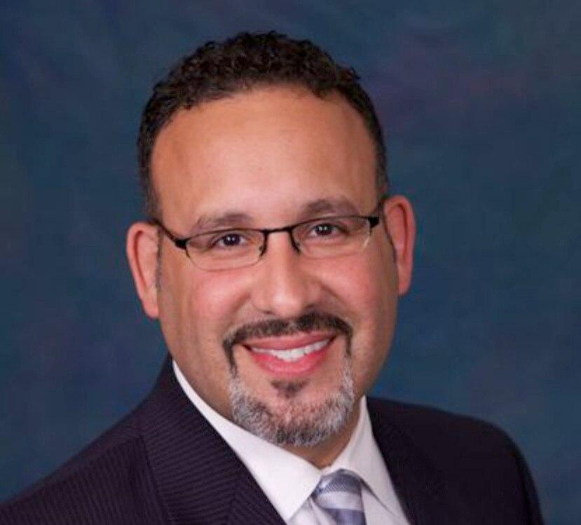Miguel Cardona, designado secretario de Educación.
