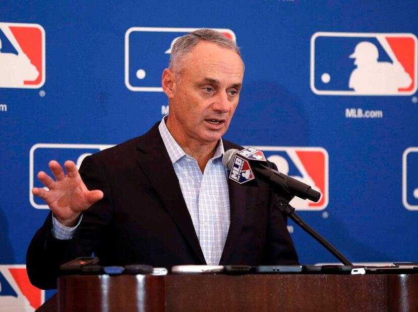 En esta foto del 16 de noviembre de 2017, el comisionado de las Grandes Ligas Rob Manfred durante la reunión anual de dueños en Orlando, Florida.  (AP)