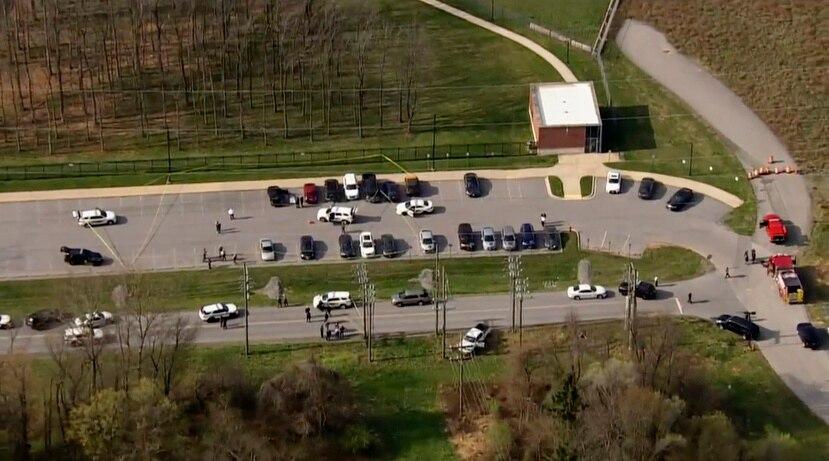Foto provista por WJLA donde se ve a la policía acudir a un reporte de tiroteo en Frederick, Maryland, el 6 de abril de 2021.