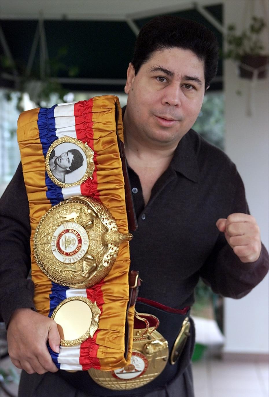 Gómez posa con su fajas ganadas en 2001.