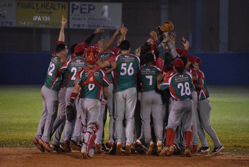 El equipo de San Sebastián celebra en el terreno de juego al obtener la clasificación a la ronda semifinal del béisbol Doble A. (Suministrada)
