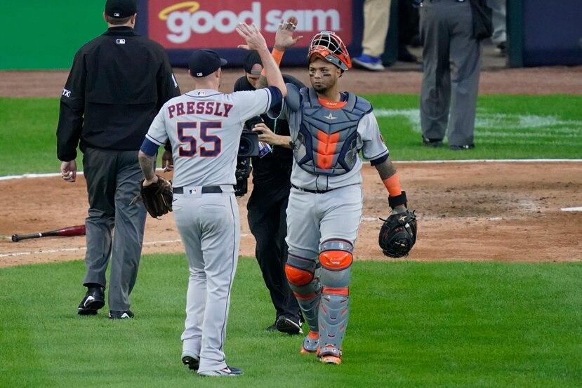 Ryan Pressly (55) y su receptor Martin Maldonado se felicitan luego de que los Astros de Houston se alzaran con el triunfo el martes sobre los White Sox de Chicago para pasar a la Serie de Campeonato.
