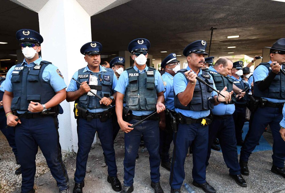 Policías se mantuvieron vigilando la entrada del edificio Seaborne.