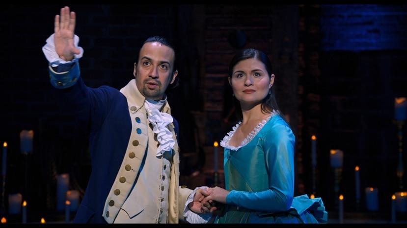 """Lin-Manuel Miranda como Alexander Hamilton y Phillipa Soo como Eliza Hamilton en el musical """"Hamilton""""."""