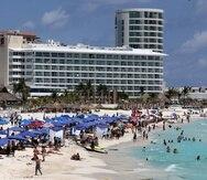 Turistas disfrutan de las playas de Cancún, en el estado de Quintana Roo, México.