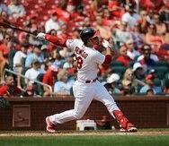 Nolan Arenado, de los Cardinals de San Luis, conecta un jonrón de dos carreras en el primer inning del juego ante los Reds de Cincinnati.