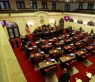 El Senado aprobó esta tarde a viva voz, y con enmiendas menores, un proyecto de ley que clasifica como delito la divulgación y publicación de cualquier material explícito sin el consentimiento de la otra parte implicada.