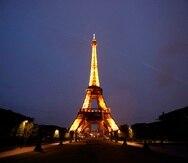 La torre Eiffel iluminada en París.