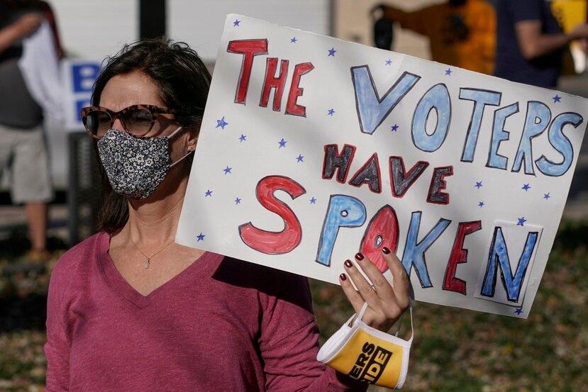 Personas en Wisconsin celebran, el pasado 7 de noviembre, luego de conocer que el presidente electo Joe Biden derrotó a Donald Trump en las elecciones generales.