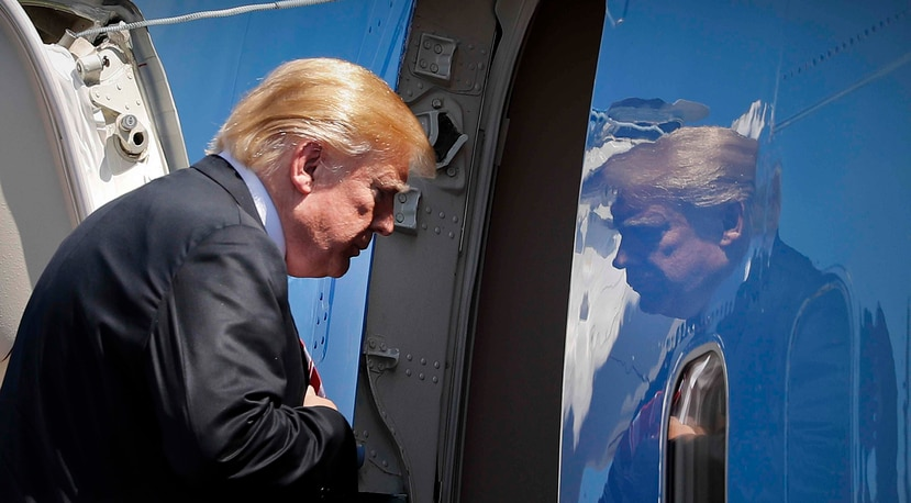 Trump entra al Air Force One para su partida del Aeropuerto Internacional de Palm Beach el pasado jueves. (AP)