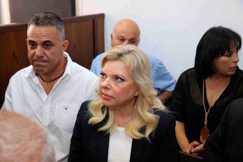 En esta fotografía de archivo del domingo 7 de octubre de 2018, Sara Netanyahu, al centro, esposa del primer ministro israelí Benjamin Netanyahu, escucha en un tribunal en Jerusalén. (Amit Shabi, Yedioth Ahronoth, Pool vía AP)