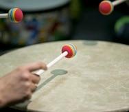 Los instrumentos de percusión, tales como: maracas, palitos, güiro y tambores son los más utilizados para estimular.