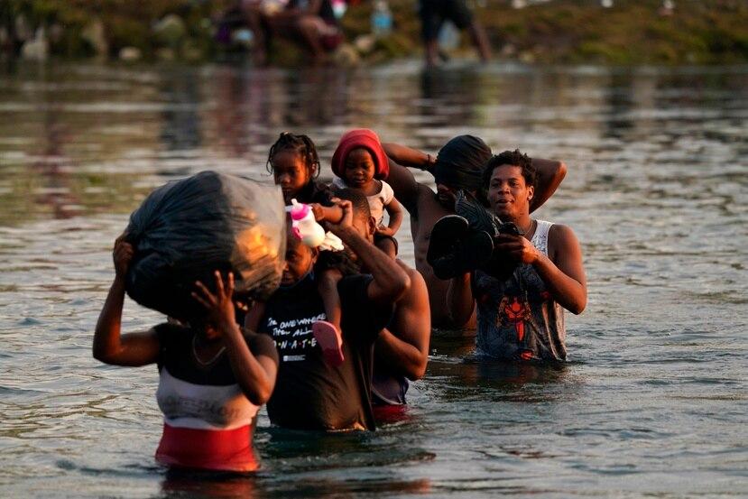Hatianos cruzan el río Grande, en Texas, para regresar a la ciudad Acuna, en México.
