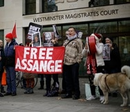 La defensa alega que Julian Assange, como periodista, estaba protegido por la Primera Enmienda constitucional al publicar documentos que revelaron delitos de las fuerzas armadas estadounidenses en Irak y Afganistán.