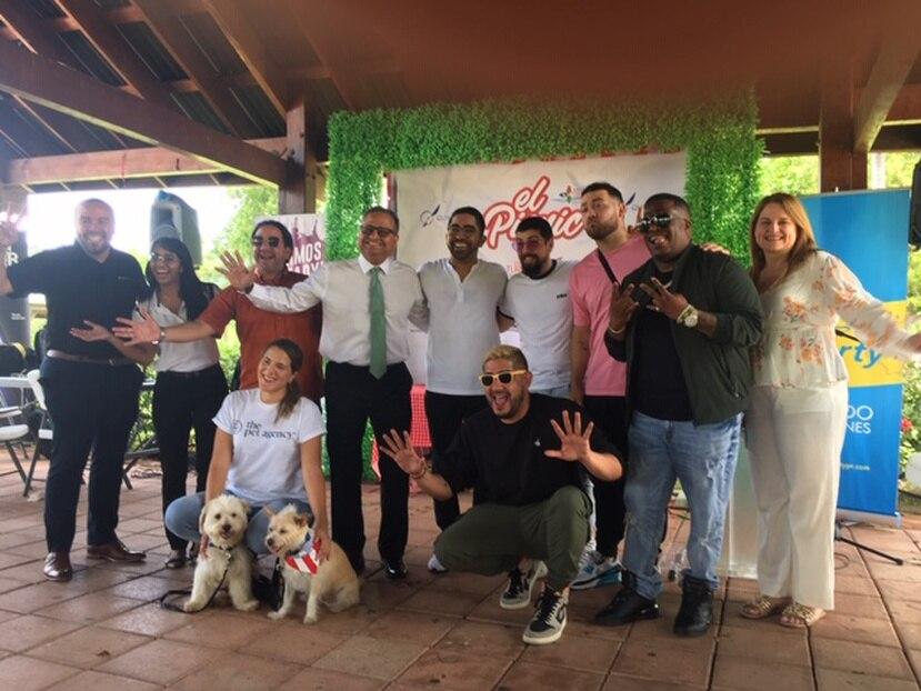 En la fotografía, Sebastián Castro, productor de Quimera Events; el alcalde de Caguas, William Miranda Torres, Los Rivera Destino, Abrante y representantes de Pet Friendly.