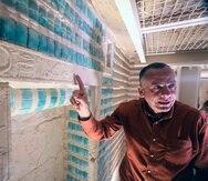 Mostafa Waziri, el secretario general del Concejo Supremo de Antiguedades expliga los jeroglíficos que adornan la tuma del faraón Zoser.