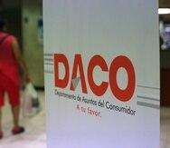 19 DE MAYO DE 2014. SAN JUAN. UNA CIUDADANA CAMINA FRENTE EL LETRERO DE LAS OFICINAS DE DACO EN EL CENTRO GUBERNAMENTAL MILLAS DONDE SE PRESENTARON LOS SEIS CANDIDATOS PARA REPRESENTANTE DEL INTERES DEL CONSUMIDOR RESIDENCIAL EN LA JUNTA DE GOBIERNO DE LA AEE. FRANCISCO.RODRIGUEZ@GFRMEDIA.COM
