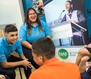 A la derecha, Sandy Weill, fundador y presidente de NAF, comparte con estudiantes en la escuela superior Benito Cerezo en Aguadilla.