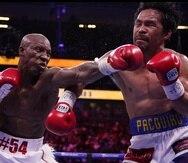 El cubano Yordenis Ugás pega una izquierda al rostro de Manny Pacquiao durante el combate en Las Vegas.