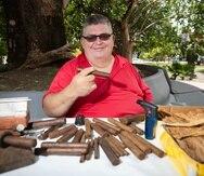 José Vélez Burgos trabaja la hoja del tabaco para hacer puros y picadura para pipa su marca es Pasión de mi Tierra.