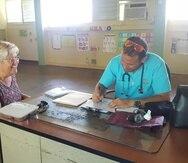 Hasta el salón llegó una de sus pacientes ante la necesidad de medicamentos.