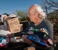 """El hispano Ramón Gonzales organiza regalos de Navidad el 19 de diciembre de 2017, que serán entregados durante el acontecimiento """"""""Milagro en la Calle 31"""""""", en Tucson, Arizona (Estados Unidos)."""