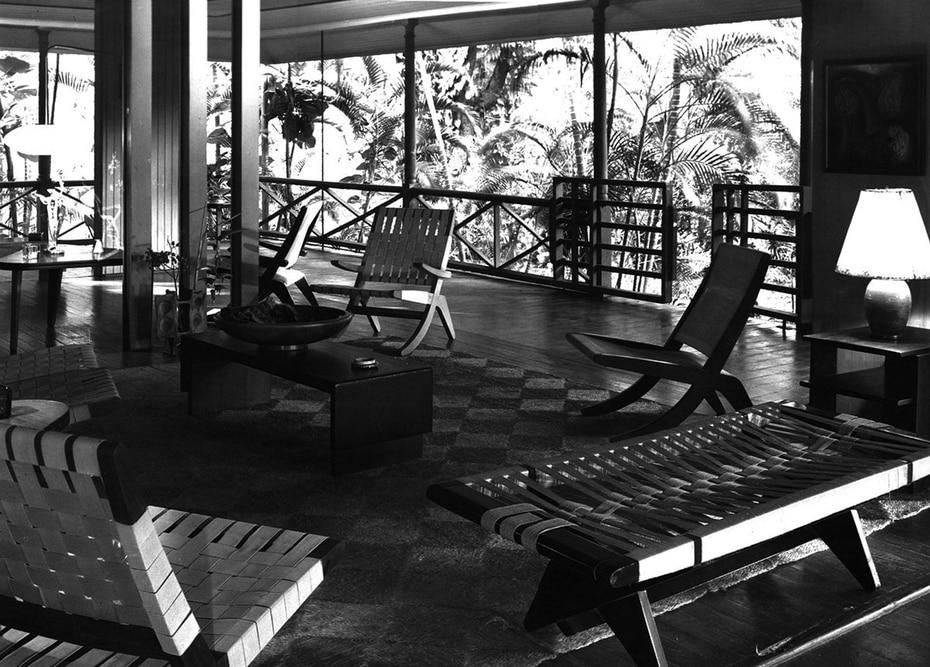 Interior de la casa cuando antes era vivida en la que se observan los muebles en buenas condiciones.