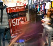 Alrededor de un 6% más de personas visitaron tiendas este año, según el Consejo Internacional de Centros Comerciales. (AP)