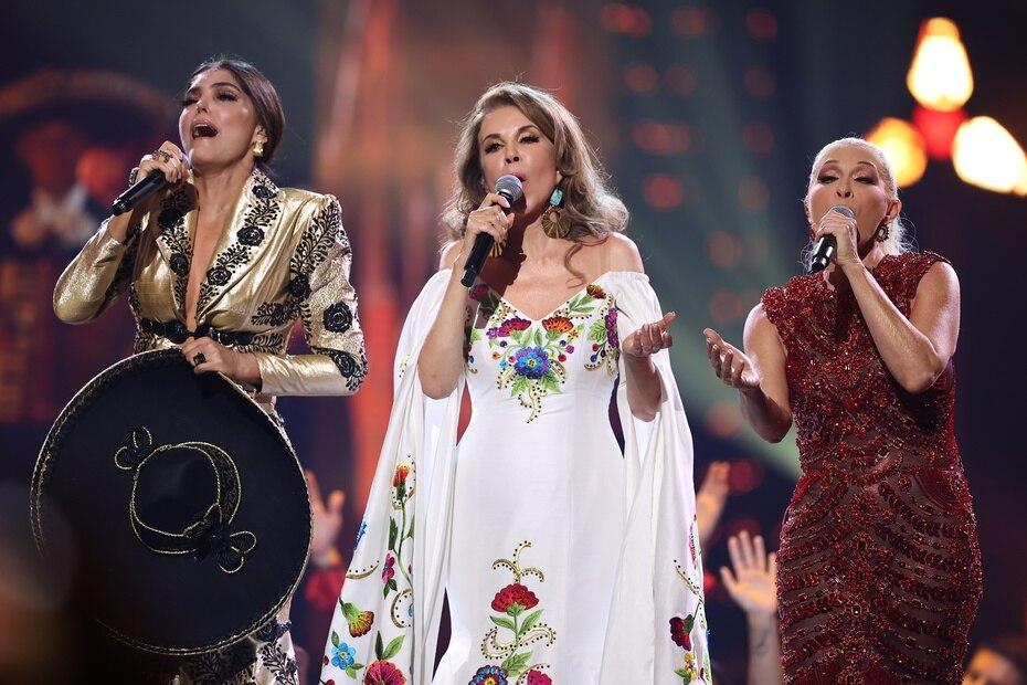 Ana Bárbara, Guadalupe Pineda y Yuri hicieron un homenaje a Juan Gabriel.