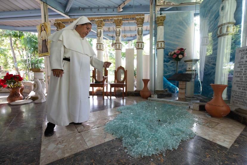 Sor M. Alba Bonilla muestra un cristal que se rompió en la plazoleta del convento.