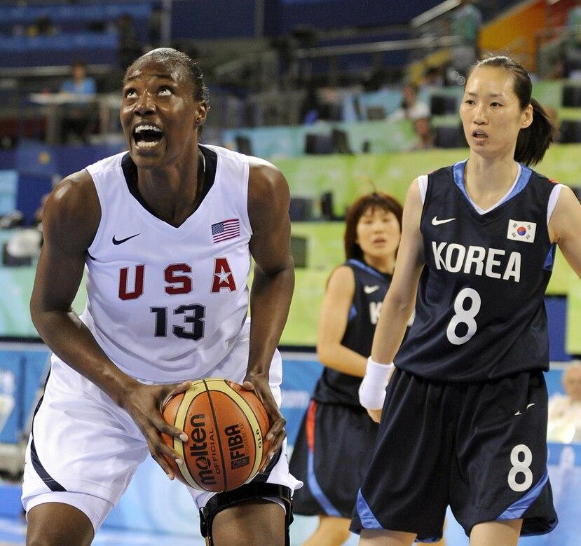 Sylvia Fowles (13), una veterana olímpica de la selección estadounidense, es una de las canasteras de la WNBA que estará en el Americup de San Juan. (Cortesía FIBA.com)