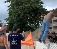 Un vídeo de 30 segundos muestra cuando un guardia de seguridad se acerca a un manifestante  y le empuja ambas piernas, provocando que este cayera sobre la pared de cemento que construyen en el condominio Sol y Playa, en Rincón.