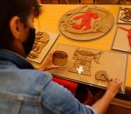 La directora de educación del Museo Cabañas, Laura Bordes Müller, muestra piezas de obras del muralista mexicano, José Clemente Orozco, adaptadas al lenguaje braile en la ciudad de Guadalajara, en Jalisco, México.