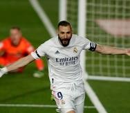 Karim Benzema celebra luego de anotar un gol contra el Barcelona.