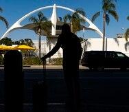 En esta imagen de archivo, tomada el 25 de noviembre de 2020, un viajero espera un auto en el Aeropuerto Internacional de Los Ángeles, en Los Ángeles.