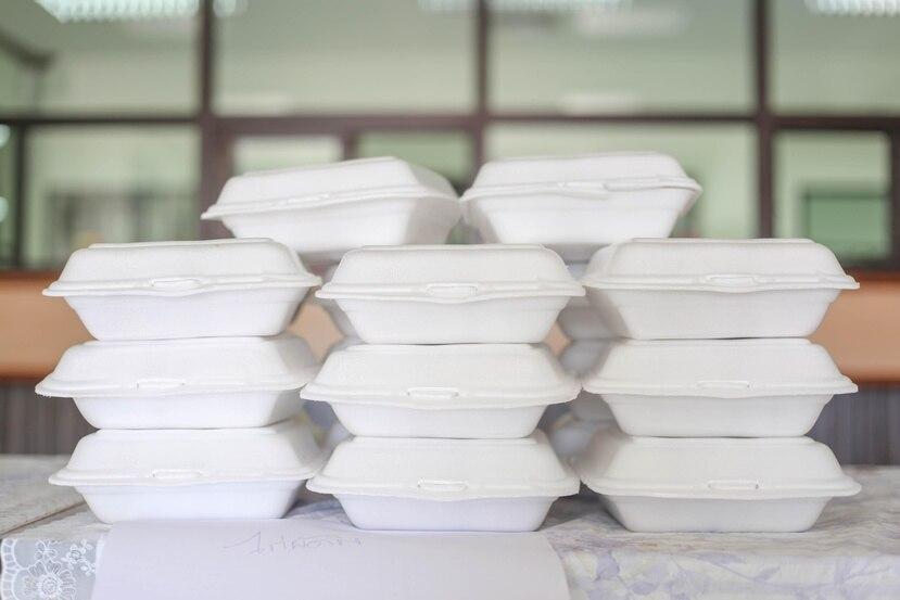 """El proyecto de ley establecería un periodo de un año para que las agencias pertinentes eduquen a la población y para que los negocios agoten su inventario de productos desechables de """"foam"""". (Shutterstock)"""