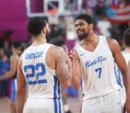 En esta foto de archivo de los Juegos Panamericanos de Lima 2019, Devon Collier (derecha) celebra la victoria de Puerto Rico sobre República Dominicana con Emmanuel Andújar.