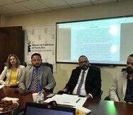 Desde la izquierda, Arnaldo Cruz Sanabria, presidente de los directivos del IEPR; Manuel Laboy,  directivo del IEPR y también secretario de Desarrollo Económico y Comercio; Orville M. Disdier, director ejecutivo interino del IEPR.