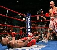 Miguel Cotto derriba a Zab Judah durante la undécima ronda de acción de boxeo por el campeonato peso wélter de la AMB el sábado 9 de junio de 2007.