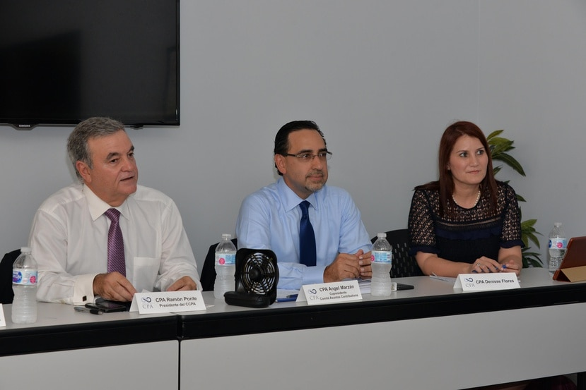 Desde la izquierda: Ramón Ponte, presidente del Colegio de Contadores Públicos Autorizados; Ángel Marzán, copresidente del Comité de Asuntos Contributivos de CCPA, y  CPA Dennise Flores, durante la conferencia de prensa.