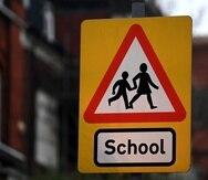 Una señal advierte a los conductores de la proximidad de un colegio en Londres.