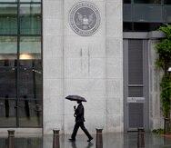 """La Comisión de Bolsas y Valores emitió una orden de cese y desista contra UBS en Nueva Jersey y varios exejecutivos de la firma por haber vendido bonos municipales dirigidos a individuos a entidades conocidas como """"flippers"""". UBS habría corregido las deficiencias que dieron paso a la mala práctica, según el regulador federal. (Archivo)"""