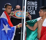 Alberto Machado y Ángel Fierro tocan puños simbólicamente tras el pasaje en la tarde de hoy en Salinas.