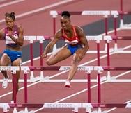 Jasmine Camacgo-Quinn (a la derecha) es toda concentración en su semifinal del 100 con vallas.
